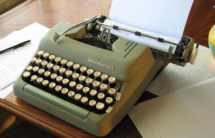 Milyen színű a satupad az író műhelyében?