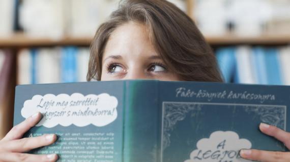 Tegyen fake-könyvet a karifa alá!