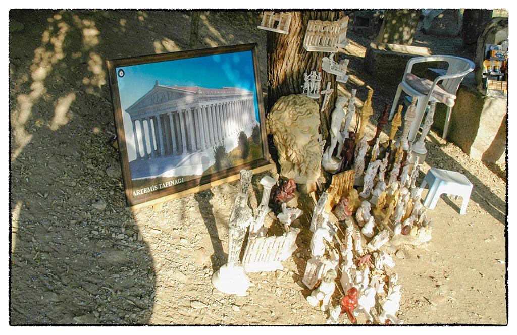 A szuvenírek között az ép templomot ábrázoló repró is kapható
