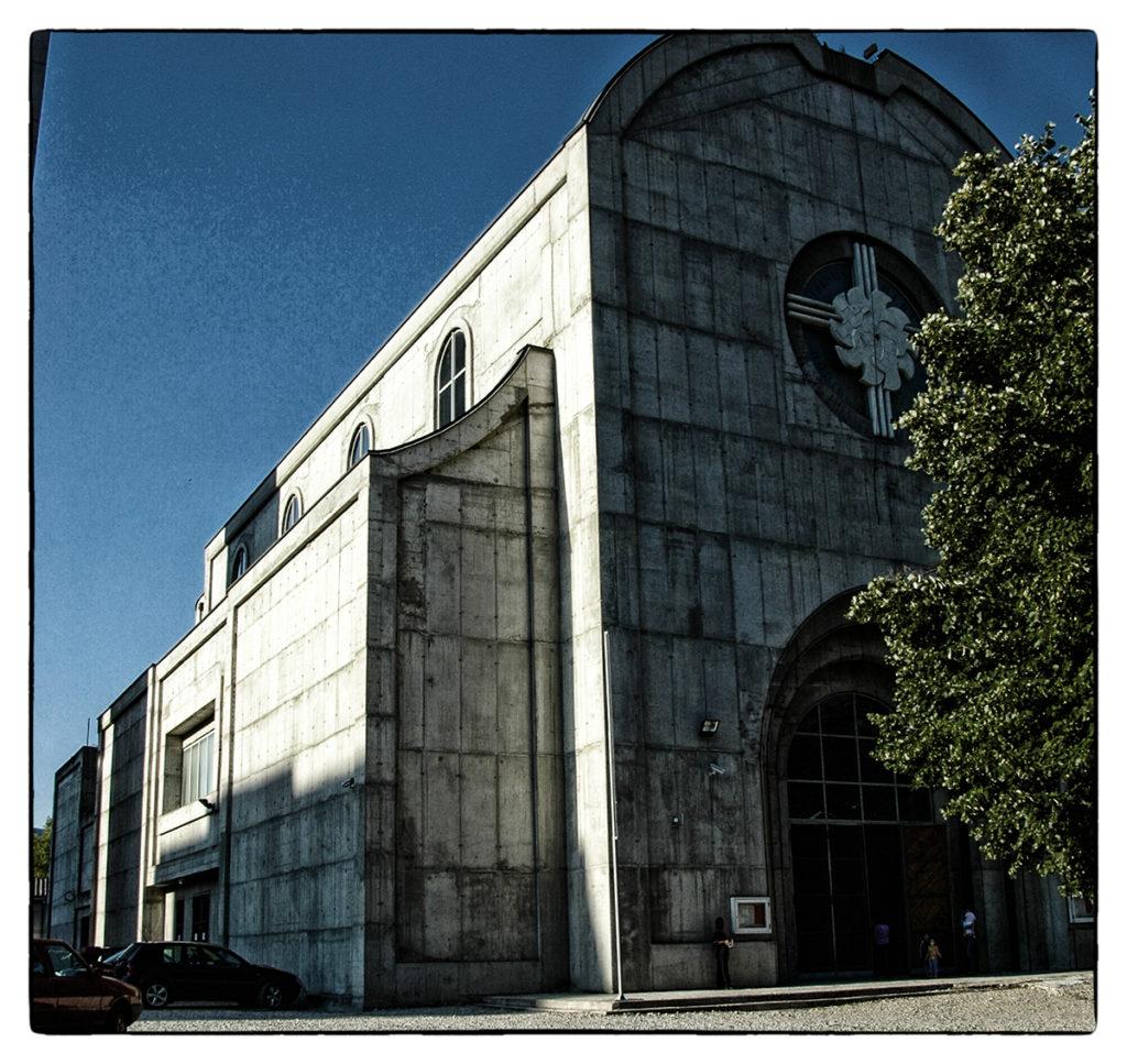 Vasbetonból készült, atombiztos katolikus templom