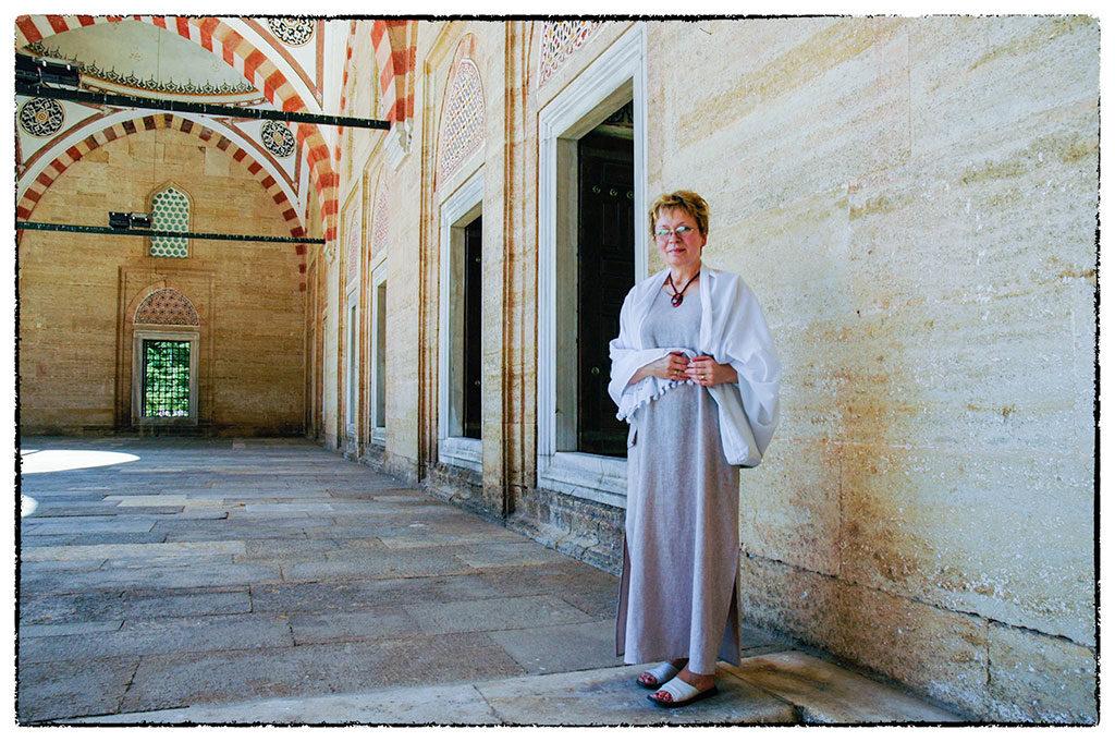 Magyar honleány a Selimiye dzsámiban a hely szelleméhez illő viseletben
