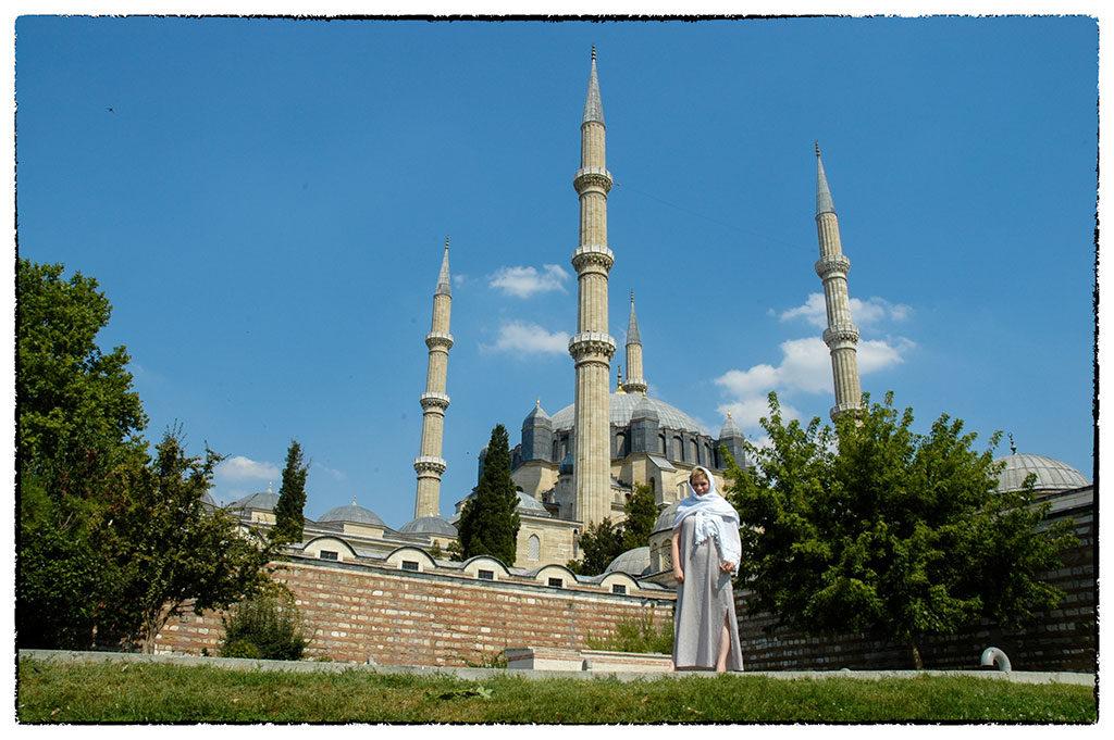 Autentikus viseletben pompázó hölgy az edirnei nagymecset előtt