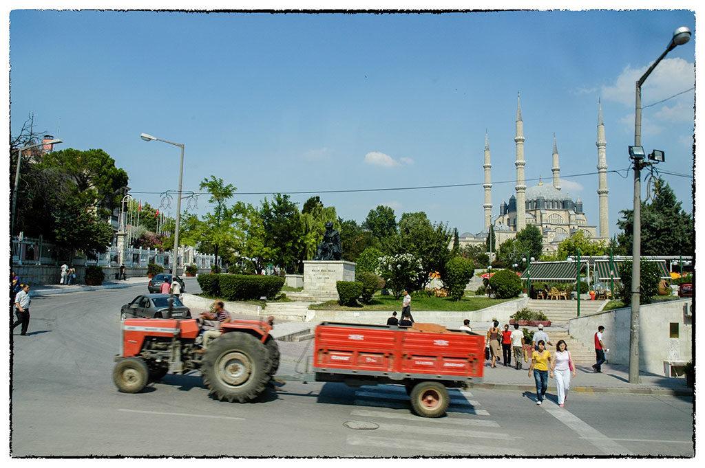 Edirnei utcarészlet. Háttérben a Selimiye dzsámi