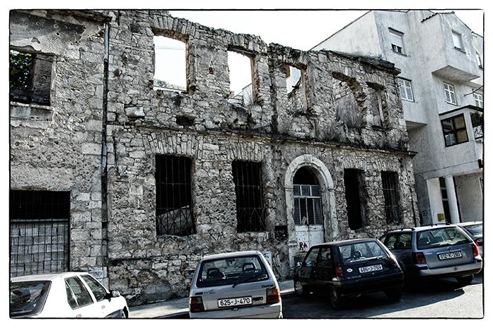 Egy a belvárosban látható sok kiégett épület közül