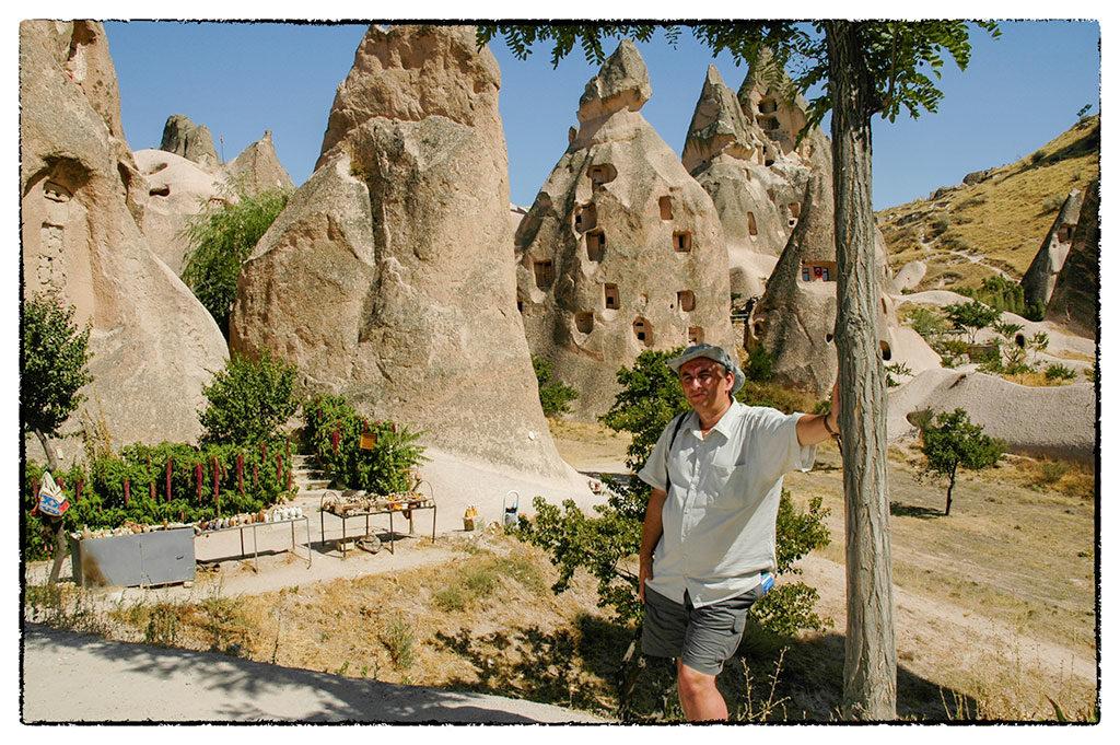 A háttérben látható barlanglakásokban ma is laknak
