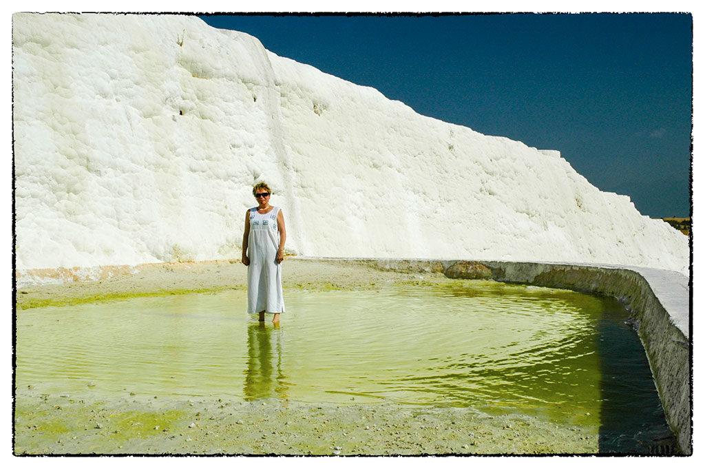 Zöld víz fehér fal előtt