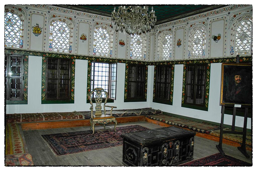 II. Rákóczi Ferenc házának nappalija azzal a székkel és díszládával, amit a fejedelem saját kezével készített. Ezek csak másolatok, az eredetieket Kassán őrzik.