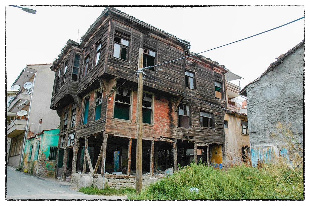 A füves placcon állt valaha Mikes Kelemen háza. Mielőtt összedőlt, valószínűleg ilyen állapotban lehetett, mint ez itt, mellette.