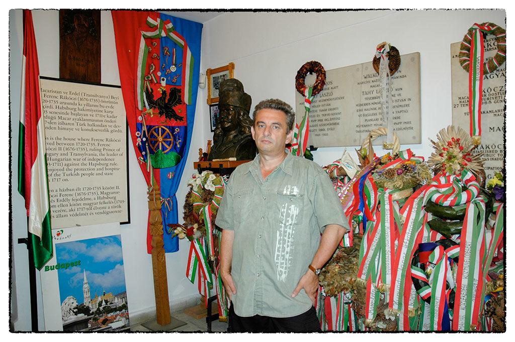 Cikksorozatunk szerzője megilletődve áll a nemzeti színű szalagokkal és koszorúkkal körülvett Rákóczi-szobor előtt a rodostói emlékházban.