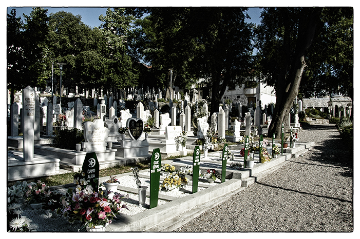 A város muzulmán részében minden talpalatnyi helyet kitöltenek a temetők. A fejfákon ugyanaz az elhalálozási évszám szerepel
