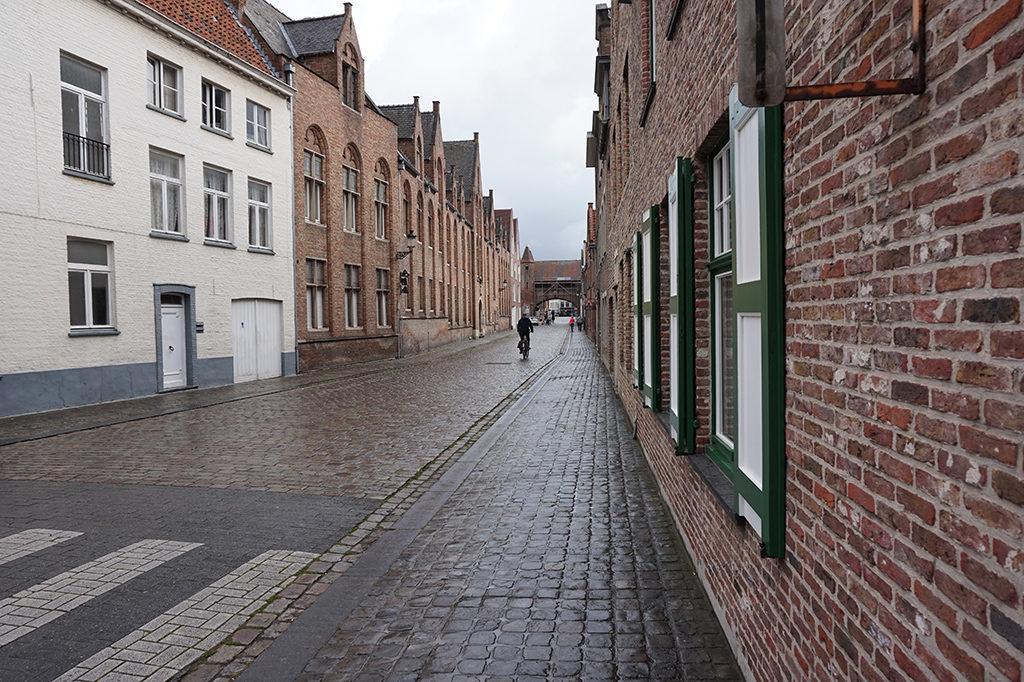 Brugge - kihalt, ázott utcarészlet.