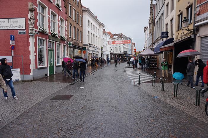 Brugge - városrészlet esőben.