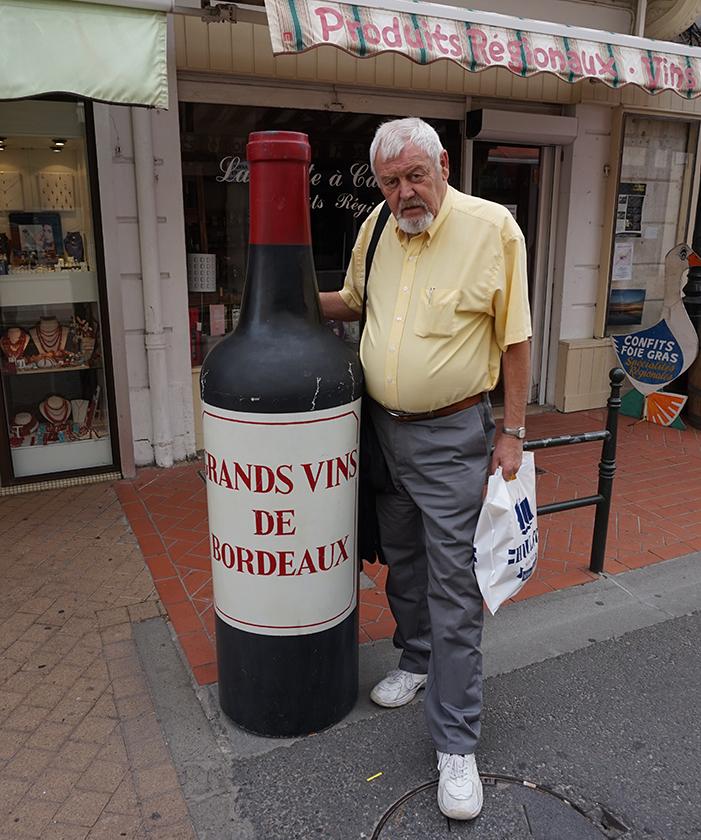A szerző egy nagy adag bordói borral.