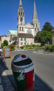 A katedrális magasságára utaló vidám szeméttartó Chartres-ban