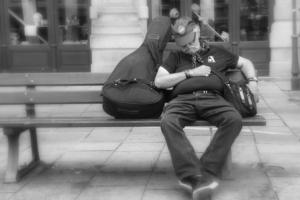 Szendergő utcai zenész Strasbourgban